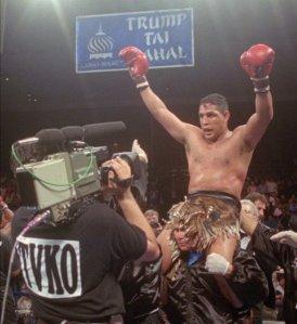 """En esta foto del 22 de junio de 1996, Héctor """"Macho"""" Camacho es alzado en hombros luego de vencer por decisión unánime al panameño Roberto Durán, en Atlantic City, Nueva Jersey."""