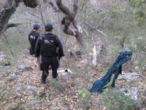 Policía investigan la zona del accidente donde los restos quedaron esparcidos en un amplia área.