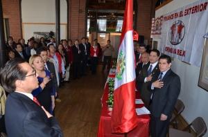 Momentos en que se entonaron las sagradas notas del Himno Nacional del Perú poco antes de dar inicio al encuentro de peruanos en el exterior.
