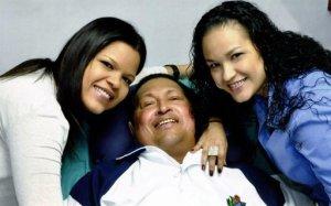 Un Hugo Chávez sonriente, algo hinchado, acostado en una cama, rodeado de sus hijas en esta foto divulgada el viernes por el gobierno venezolano.