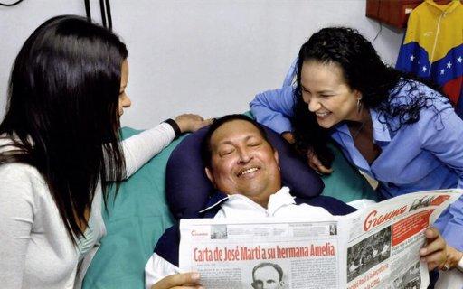 El presidente de Venezuela, Hugo Chávez, junto a sus hijas con un ejemplar del diario Granma, en La Habana, Cuba.