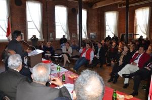 Kilder Fuentes se dirige a los miembros de la comunidad peruana reunida en el Museo de Paterson, Nueva Jersey.