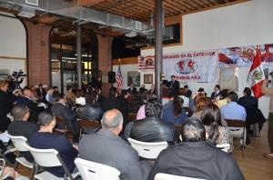 Norberto Curitomai, directivo de OFESIVA PEX, interviniendo durante la reunión comunitaria de los peruanos.