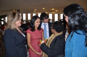 La Primera Dama del Perú, Nadine Heredia, saluda a la Jefa de la Oficina de la FAO de New York. Junto a ellas, Melvi Dávila, de Perú Agribusiness.