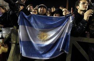 Un argentino muestra orgulloso su bandera en la Plaza San Pedro.