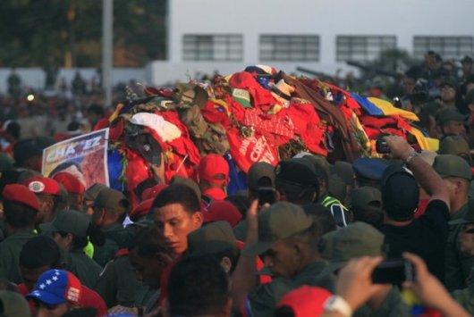 Hugo Chávez paseado por las calles de Caracas donde sus seguidores colocaron recuerdos sobre su ataúd.