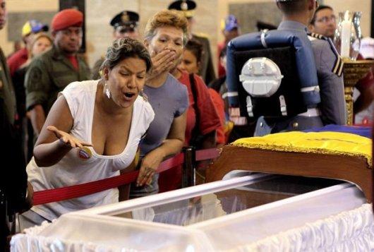 Una mujer reacciona ante el ataúd de Hugo Chávez este 6 de marzo de 2013 en la Academia Militar de Caracas, en una imagen divulgada por la presidencia de Venezuela. Miles de venezolanos aguardaron hasta nueve horas este jueves para poder ver por última vez el rostro del fallecido presidente. EFE/Efraín González
