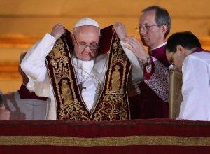 Francisco, colocándose la estola papal para dar su primera bendición como Sumo Pontífice.