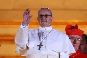 Papa Francisco saluda a la multitud que lo aclamó al realizarse el anuncio.
