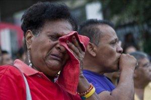 Una partidaria del presidente venezolano reacciona frente al Hospital Militar de Caracas.