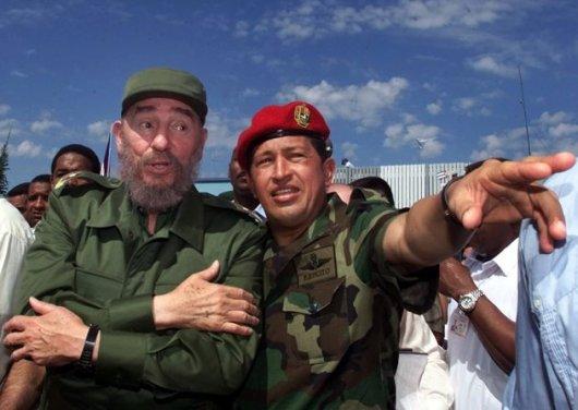 En esta fotografía de archivo de AP, del 28 de octubre de 2000, se ve al presidente cubano Fidel Castro, izquierda, junto al presidente venezolano Hugo Chávez en Barinas, Venezuela, cerca de Sabaneta.