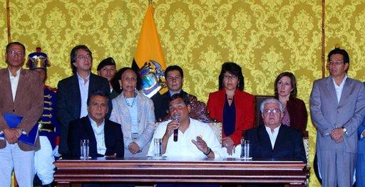 El presidente ecuatoriano, Rafael Correa (c), decretó   en una declaración en el Palacio de Gobierno en Quito (Ecuador), tres días de duelo en el país andino por la muerte del mandatario de Venezuela, Hugo Chávez. EFE/José Jácome