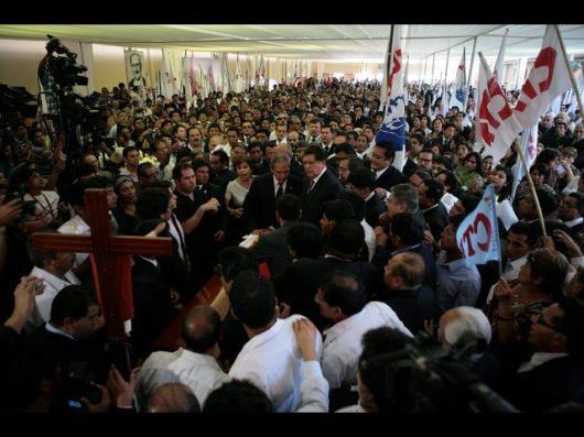 El expresidente Alan García Pérez encabeza el duelo en el local partidario.