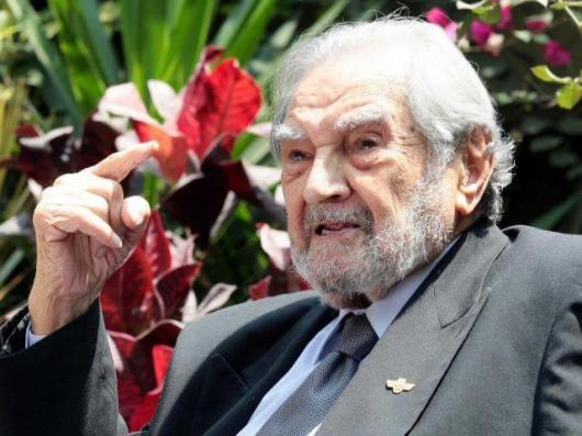 Armando Villanueva del Campo, expresidente de la Cámara de Diputados del Perú, falleció el domingo a los 97 años de edad y ha recibido el homenaje póstumo en su local partidario y en el Congreso de la República para luego ser sepultado en el Cementerio El Angel.