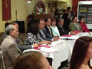 Directivos de Peruvian Parade durante la  conferencia de prensa realizada en el restaurante Estrellita del Sur de Paterson, Nueva Jersey.