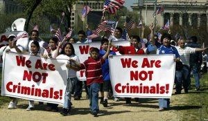 El plan de reforma migratoria del Senado considera legalizar inmigrantes sólo hasta que toda la frontera sur esté vigilada y se detenga el flujo migratorio.
