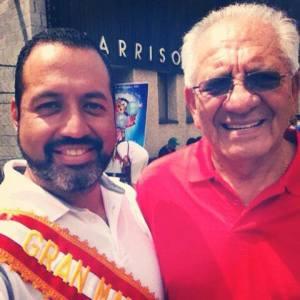 Hugo Balta Jr. (izq.) Gran Mariscal del Desfile de Kearny, junto a su padre, Hugo Balta, pionero de la comunidad peruana en Nueva Jersey.