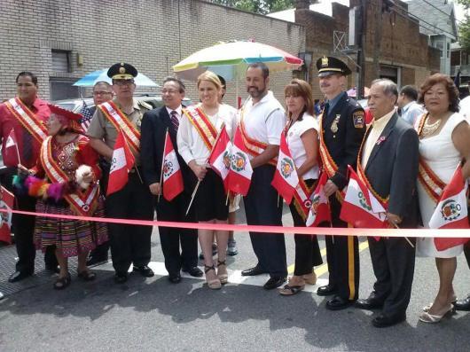 Las personalidades del Desfile Peruano de Kearny poco antes de iniciarse la marcha desde Harrison hacia Kearny. Hugo Balta Jr. fue el Gran Mariscal y Merijoel Durán la Madrina Internacional.