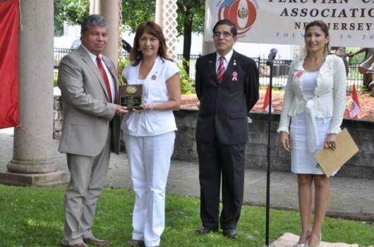El periodista Manuel E. Avendaño recibe el reconocimiento que hizo PCANJ a los 100 años de EL DIARIO LA PRENSA.