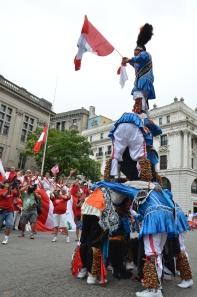 La torre humana portando la bandera peruana, de Las Mercedes, fue el aplaudido atractivo del desfile del domingo en Passaic, Clifton y Paterson.