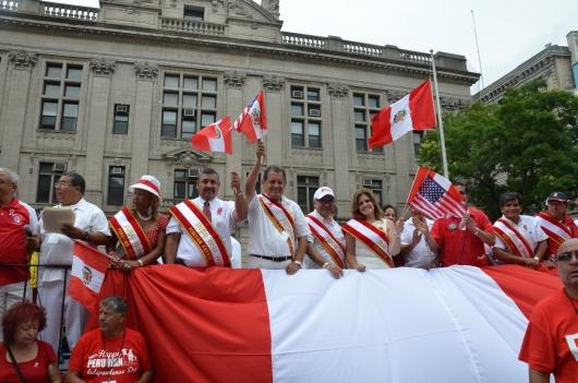 El presidente de Peruvian Parade Inc. Dr. Carlos Tello, en el estrado oficial, junto con las personalidades del Desfile Peruano, la exministra Mercedes Araoz, Gran Mariscala; el concejal Luis Marino de Port Chester y el concejal Jesús Huaranga de Harrison, entre otros.