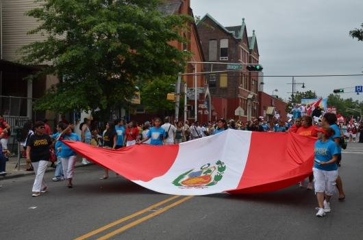 LA BANDERA PERUANA paseada por esta delegación fue muy aplaudida durante el desfile. FOTO: ALEJANDRO ROMAN
