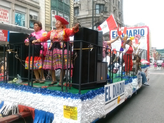EL DIARIO LA PRENSA se hizo presente en el Desfile Peruano de Nueva Jersey con una carroza celebrando los 100 Años de trayectoria periodística en el área triestatal.