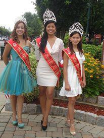 Las reinas del Desfile Peruano PCANJ durante la ceremonia de izamiento.
