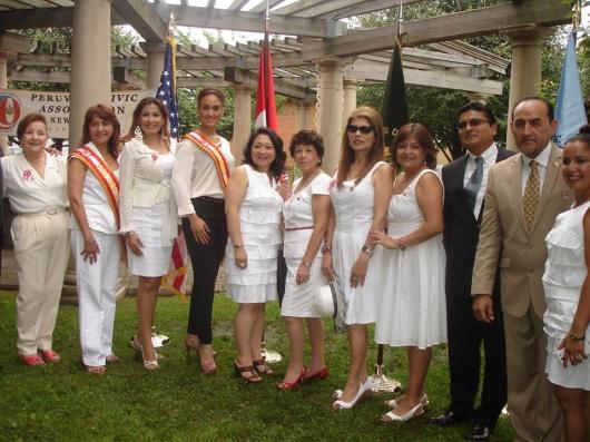 Ana Placencia, presidenta de PCANJ, junto a directivos y Angelis, hija de Marijoel Durán, Madrina Internacional del Desfile Peruano PCANJ.
