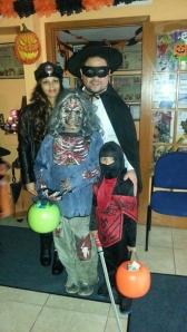 César Malqui, presidente de la Fundación Malqui, participó con entusiasmo en la celebración de Halloween, donde padres e hijos disfrutaron con dulces y sorpresas, luciendo coloridos disfraces.