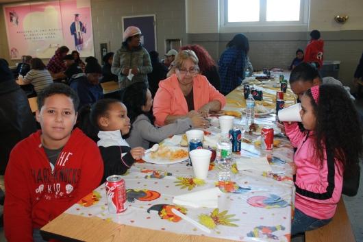 Niños y adultos de la comunidad disfrutaron de un delicioso almuerzo gratuito por el Día de Acción de Gracias ofrecido por la Fundación Malqui y el Comisionado de Paterson, Alex Méndez