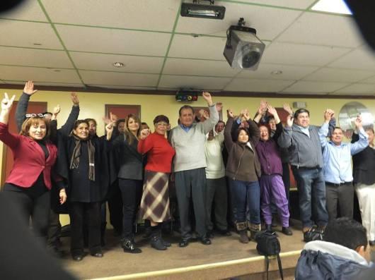 Miembros de la directiva que preside el Dr. Carlos Tello junto a simpatizantes celebran el triunfo logrado en las elecciones del domingo 15 de diciembre.