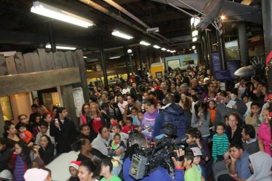 La concurrencia fue masiva en la quinta jornada anual de reparticion de juguetes     organizada por el Comisionado de Educacion de Paterson, Alex Mendez, y el auspicio de la Fundacion Malqui, que preside Cesar Malqui.