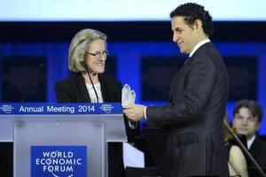 El tenor peruano Juan Diego Florez (der.) recibe el premio Crystal durante la ceremonia de bienvenida la víspera del Foro Económico Mundial 2014 en Davos, Suiza, el 21 de enero de 2014.  EFE