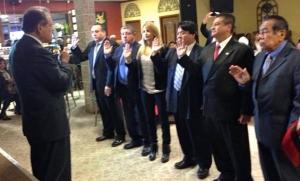El Dr. Carlos Tello juramenta a su junta directiva durante una ceremonia realizada en el restaurante Estrellita del Sur de Paterson, el domingo 5 de enero último.