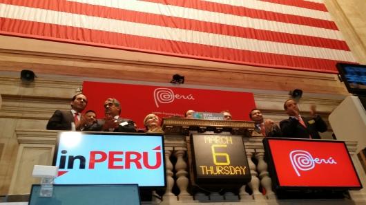 FOTO CORTESIA: ALEJANDRO ROMAN   El presidente del Banco Central de Reserva (BCR) del Peru, Julio Velarde, fue el encargado este jueves de dar el tradicional campanazo de la Bolsa de Valores de Nueva York al iniciarse en esta ciudad la iniciativa inPerú 2014 que busca promover al Perú como destino de inversiones. Velarde encabeza una delegación integrada por más de 60 personas, entre funcionarios y empresarios peruanos. En horas de la tarde se llevó a cabo el seminario 'Invertir en Perú', en el The New York Palace Hotel, con la presencia del ministro de Economía del país sudamericano, Luis Miguel Castilla, que se unió a la delegación peruana.