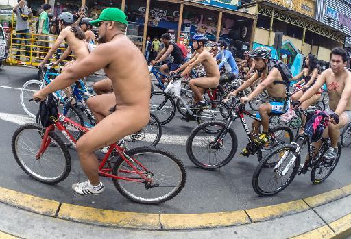 Ciclistas peruanos participan de una protesta cívica en reclamo de mejores condiciones de seguridad en el transporte público y más ciclovías, el 8 de marzo de 2014