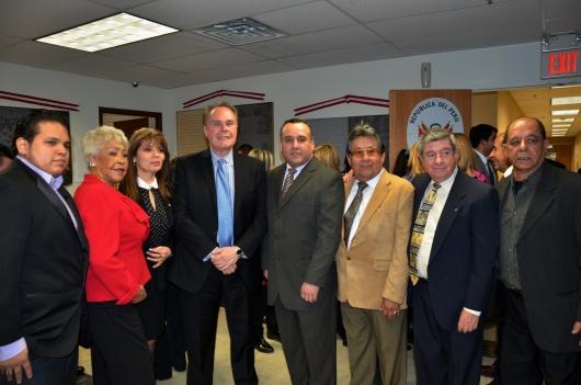 El Embajador del Perú en Estados Unidos, Harold Forsyth, y los miembros del Consejo de Consulta del Consulado Peruano en Paterson.