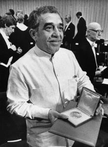 Gabriel García Márquez muestra su medalla después de ganar el premio Nobel luego de pronunciar su discurso con motivo del premio en Estocolmo, Suecia en una fotografía del 8 de diciembre de 1982.