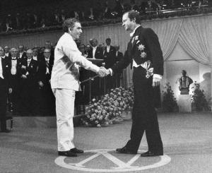 Gabriel García Márquez recibe el Premio Nobel de Literatura de manos del rey Carlos Gustavo de Suecia en el Salón de Conciertos de Estocolmo el 8 de diciembre de 1982.