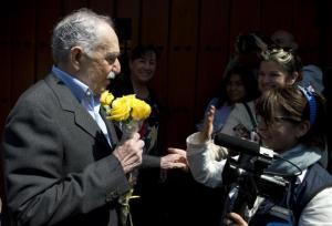 El escritor colombiano Gabriel García Márquez recibe rosas amarillas durante su cumpleaños número 87, en un encuentro con reporteros en su casa de Ciudad de México, el pasado 6 de marzo.