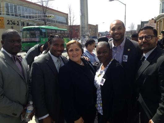 Maritza Dávila rodeada por los miembros de la Junta de Educación de Paterson como candidata a Concejal por Acumulación (At Large)