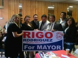 El candidato a la Alcaldía de Paterson, Rigo Rodríguez, durante el desayuno con miembros de la comunidad peruana, donde dijo tener la solución a los graves problemas que está afrontando esta ciudad.