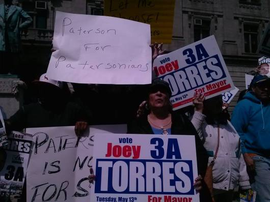 Partidarios del exalcalde José 'Joey' Torres junto a los seguidores del Presidente del Concejo Municipal Andre Sayegh en el City Hall de Paterson.