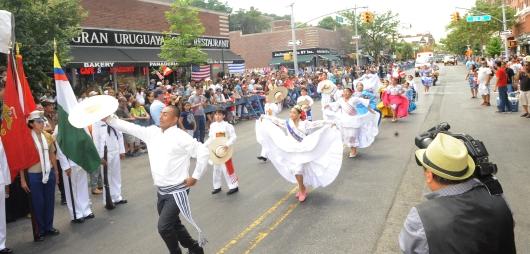 Los peruanos demostraron su orgullo patrio a su paso por la Avenida 37 de Jackson Heights, Queens, durante el Primer Desfile Peruano de Nueva York. FOTO EDILBERTO ALVARADO