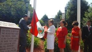 Momentos en que se inicia el izamiento de la bandera peruana en la Municipalidad de Kearny, Nueva Jersey