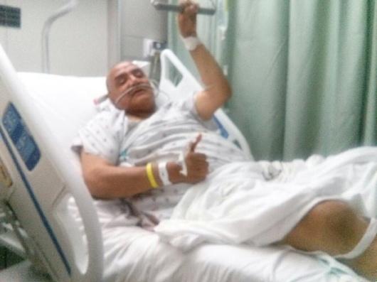 El comunicador David Palá en su cama del hospital donde fue operado de la cadera que le impedirá ejercer su función durante un prolongado periodo de tiempo.