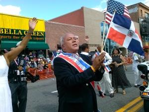 El alcalde de Paterson, José 'Joey' Torres hizo prueba de su popularidad en el Desfile Dominicano de Nueva Jersey.