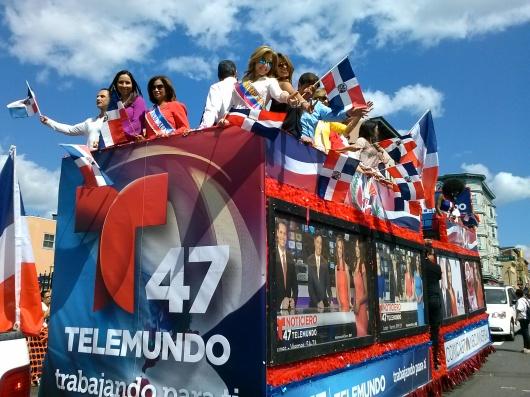 LA CARROZA DEL CANAL 47 TELEMUNDO TRAJO A TODAS SUS ESTRELLAS... SABOR DOMINICANO INUNDO CALLES DE PATERSON