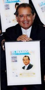 El Dr. Carlos A. Tello Valcarcel con su premio EL AWARD que le otorgo EL DIARIO de Nueva York este 23 de octubre.